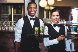 「waitress」とはもう言わない?「gender-neutral」な英語を使おう!