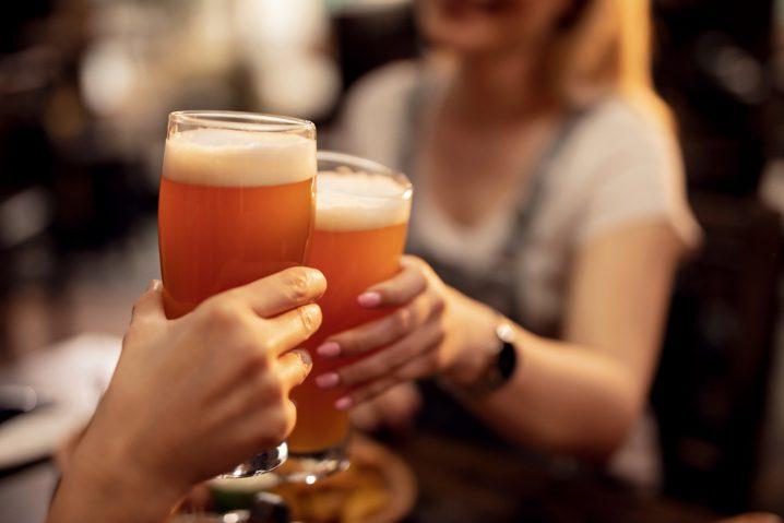 英語でなんて言う?「とりあえずビール!」や「遠回しに言わないで」